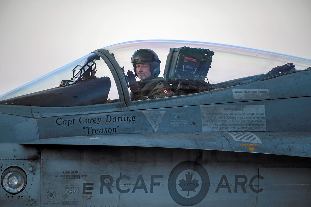 Le commandant de l'Escadron 425, le lieutenant-colonel Tim Woods, lors d'un vol d'entraînement en Roumanie. Sur la photo du bas, le SU-27 russe lors de l'interception.