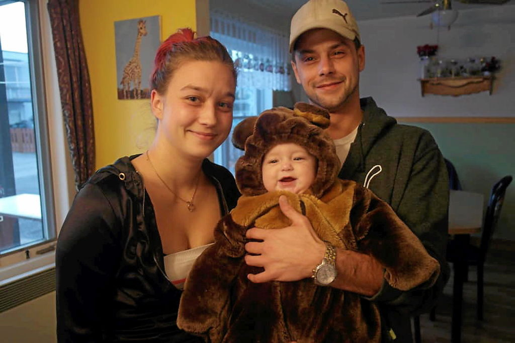 Thomas à l'Halloween avec ses parents Johannie Livernoche et Gaétan Massicotte.